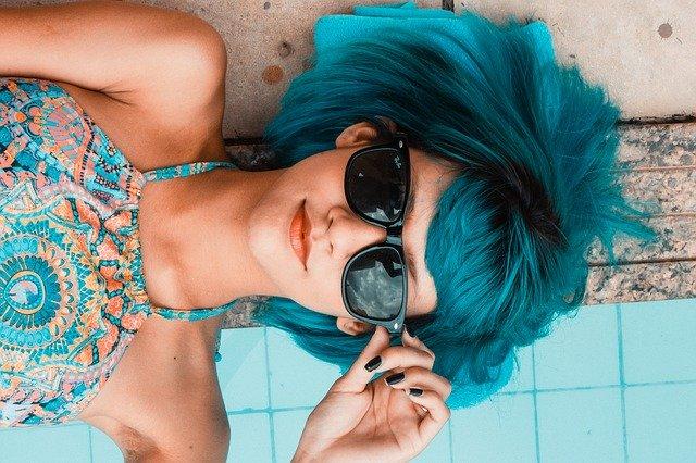 Die Gedanken der Frau. Das Foto zeigt eine Frau mit Sonnenbrille.