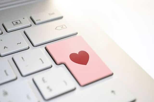 Die ersten Schritte, um sich online zu verliben, können die schwersten sein.